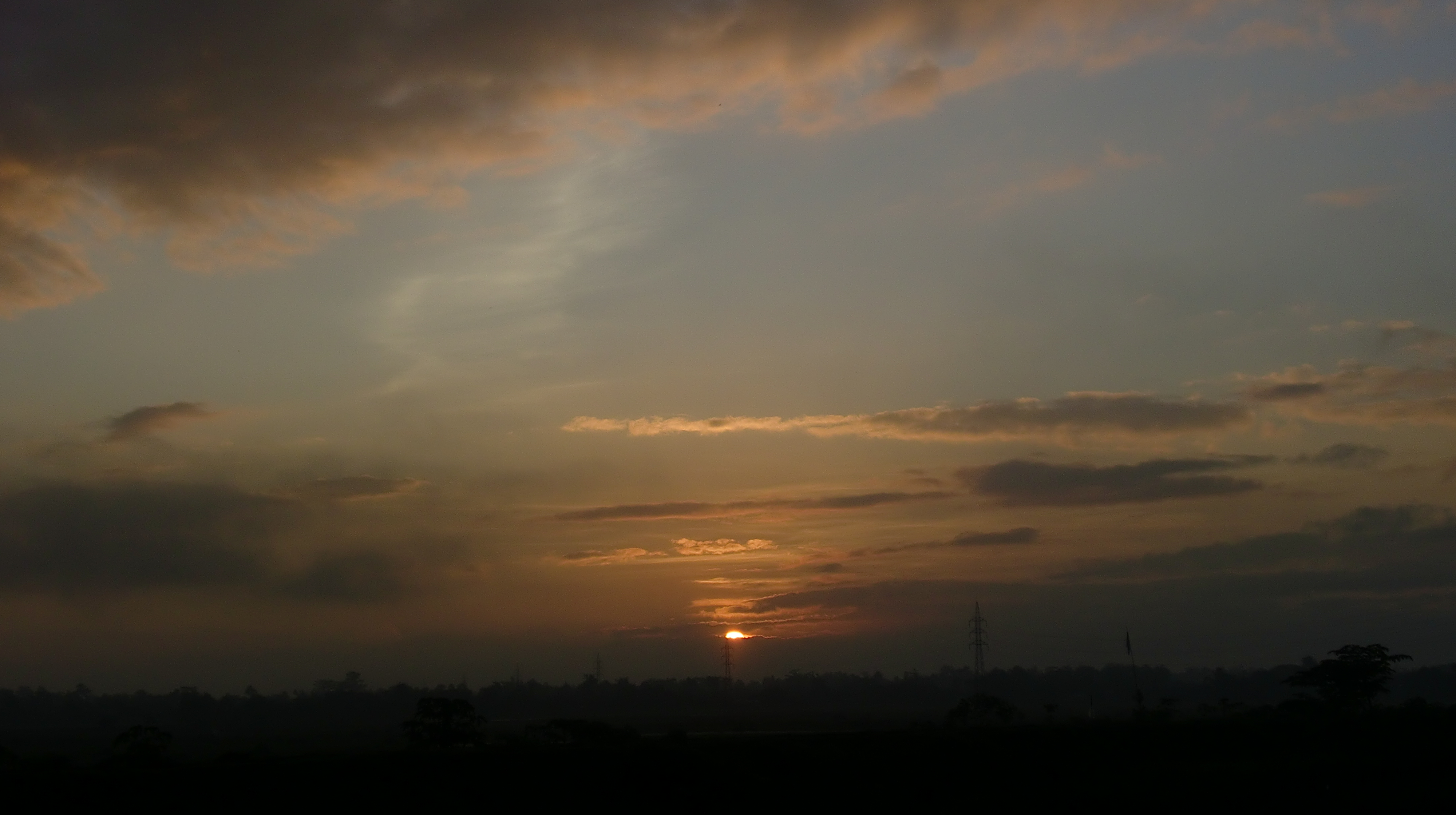 English: A rising sun, being seen from side of...