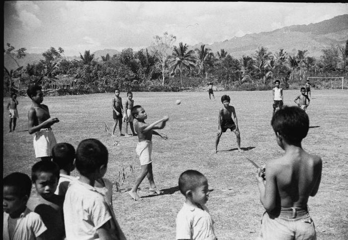 COLLECTIE TROPENMUSEUM Kinderen spelen honkbal op een voetbalveld Celebes TMnr 10029354 Mainan Bocah Belanda VS Mainan Bocah Pribumi