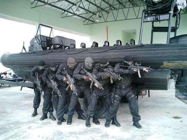 Bahasa Melayu: Pasukan elit PASKAL dengan senj...