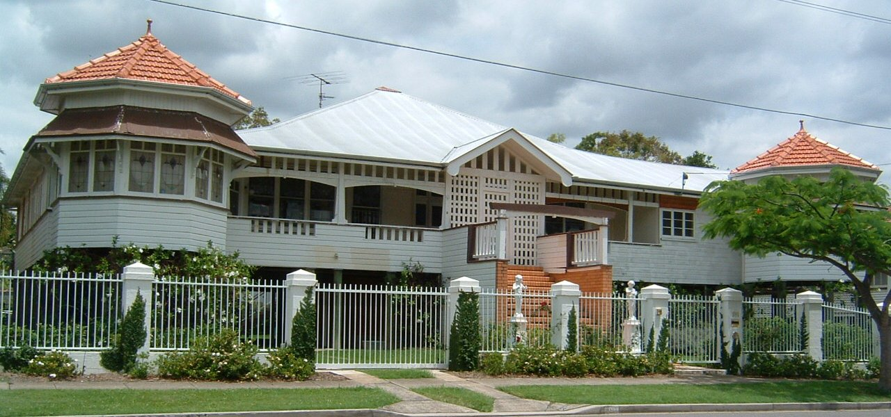 A Queenslander style house in New Farm. Photo taken by User:Adz on 8 October 2005.