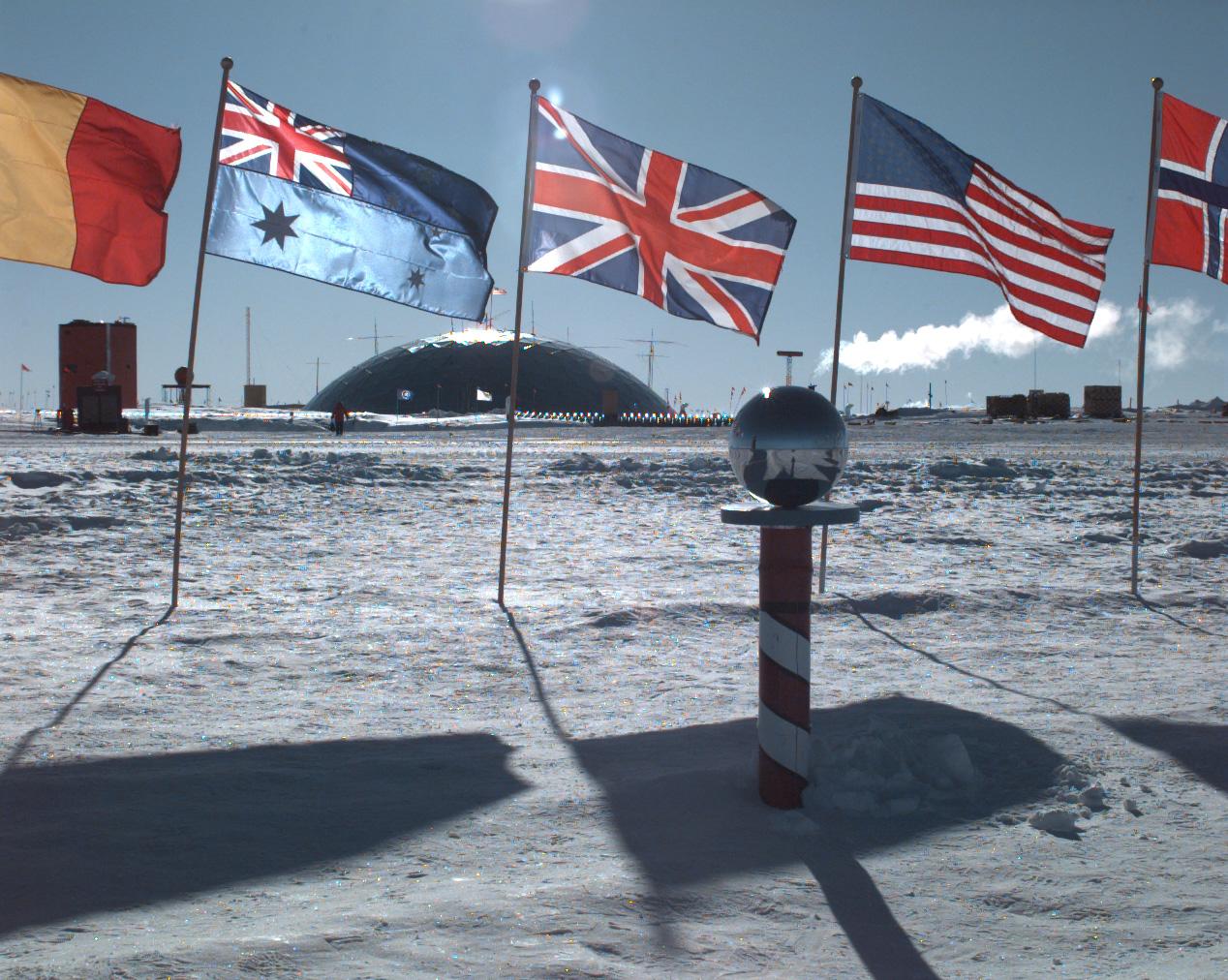 """O Polo Sul """"cerimonial"""" localizado na Estação Amundsen-Scott."""