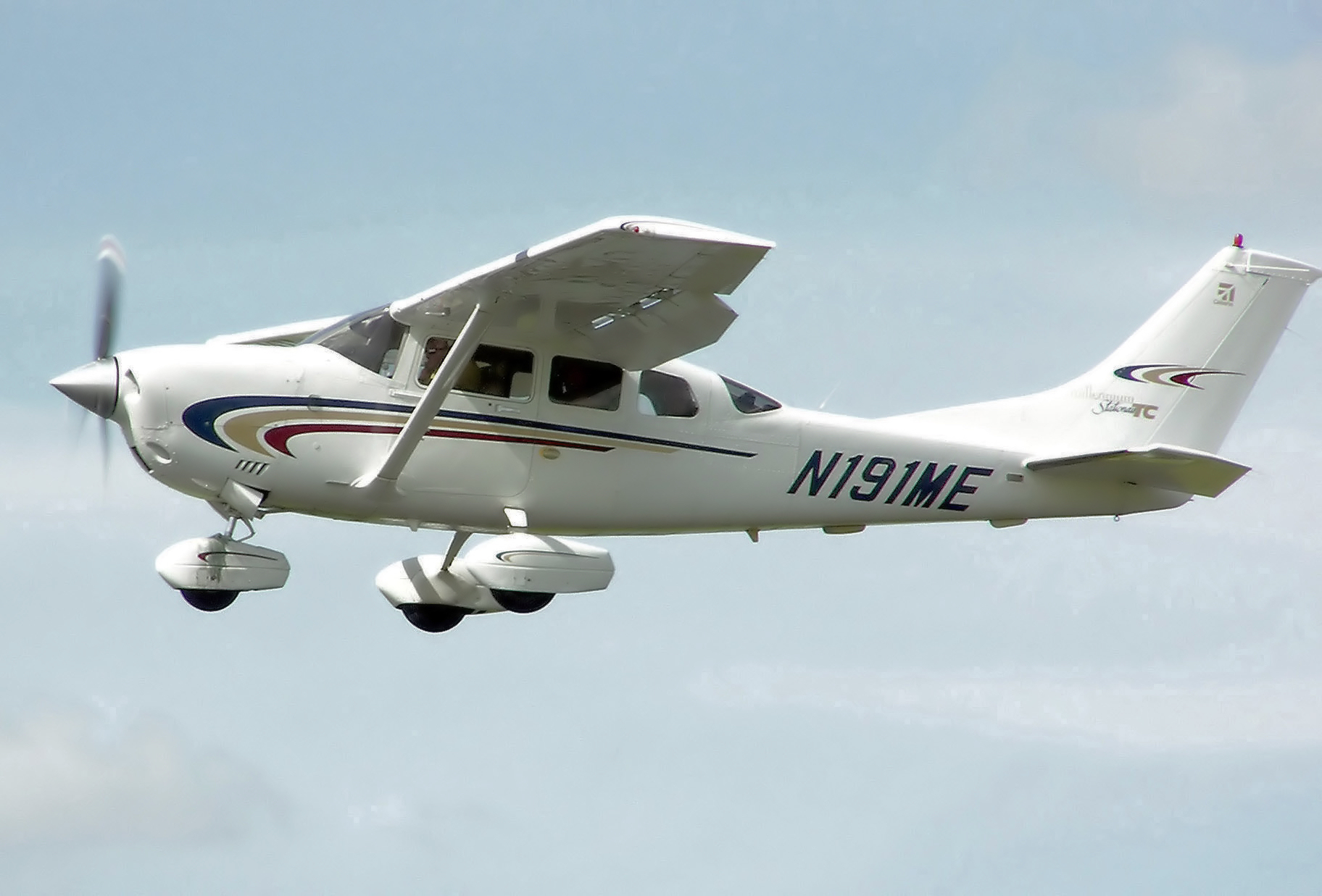 https://i1.wp.com/upload.wikimedia.org/wikipedia/commons/9/91/Cessna.206h.stationair2.arp.jpg