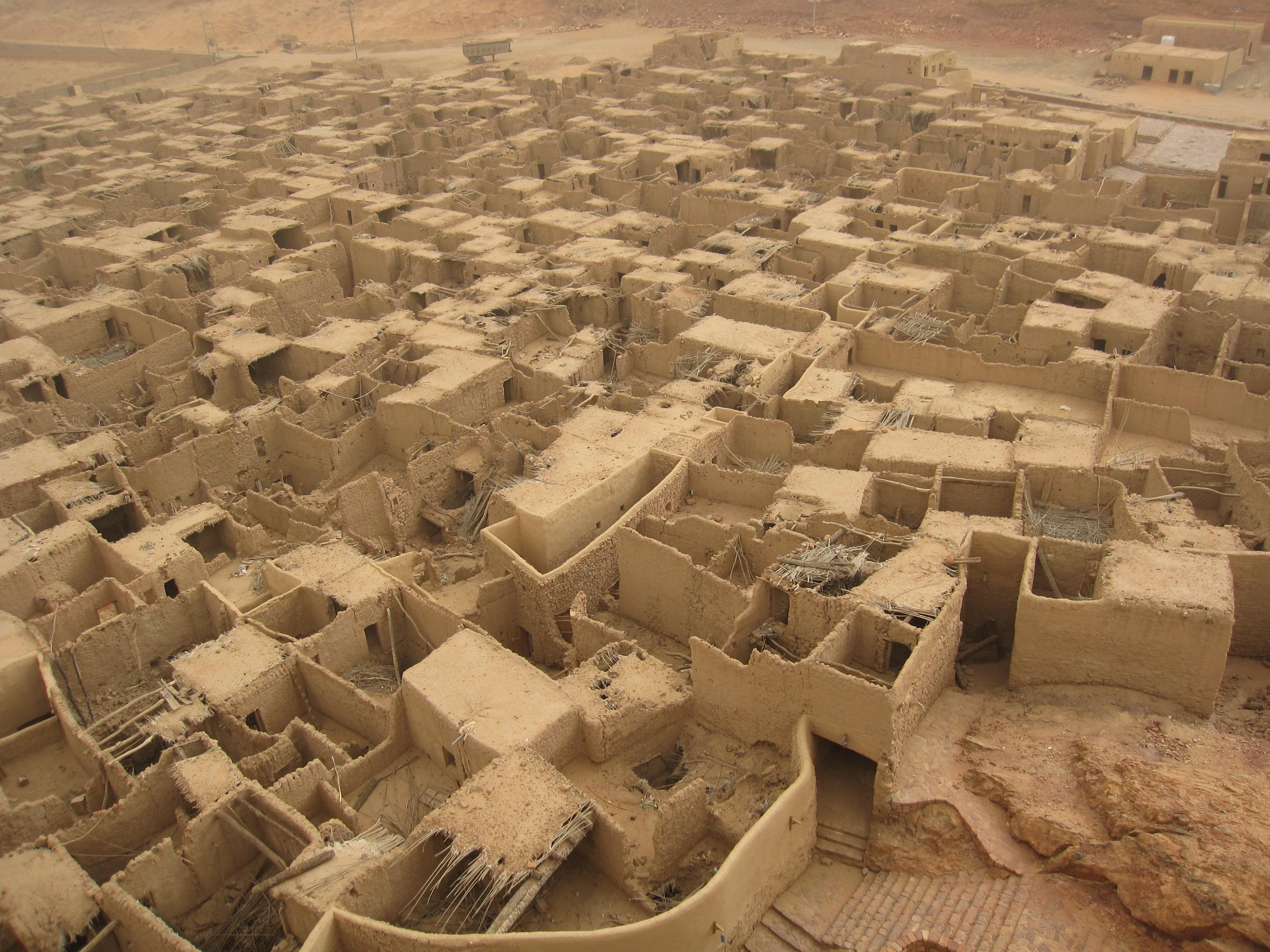 al-Qalat al-Qadhim al-Ula de l'ancien émir Omeyyade d'Ifriqya 703-715 et conquérant du Maghreb et d'al-Andalus en 711, le tabi'i Mussa ibn Nusayr al-Lakhmi (radi Allah anhu) pas loin d'Al Ula, l'antique ville d'Al Hijr (région de Madai'n Saleh) au nord de l'actuelle Arabie Saoudite région ou il à grandi. Ce fort fut construit lorsqu'il étais gouverneur de cette région, il est issue de la tribu qahtanite des Lakhmides du Nord de l'arabie , son père fut capturé (esclave) par Khalid ibn al-Walid (radi Allah anhu), après la prise de l'Espagne il passa ces vieux jours ici avant de mourire puisse Allah lui faire miséricorde.