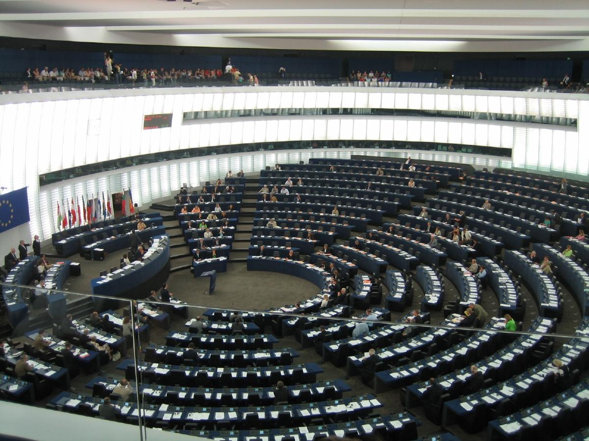 EU-parlamentets debattsal i Strasbourg. Där gick debattens vågor passande varma denna sommardag, då ett hemskt avtal debatteras... Foto: JLogan, Public Domain.