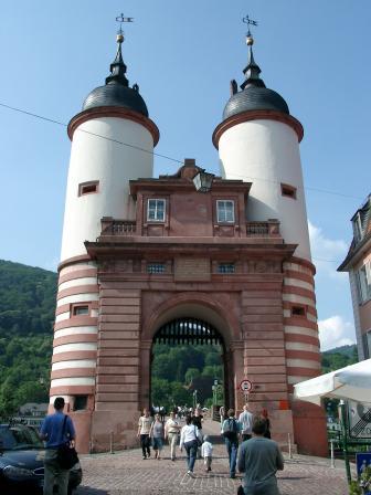 File:Heidelberg Alte Brücke Tor.jpg