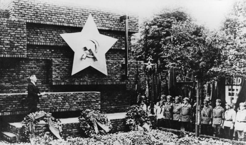 File:Bundesarchiv Bild 183-08783-0009, Berlin-Friedrichsfelde, Einweihung Gedenkstätte.jpg