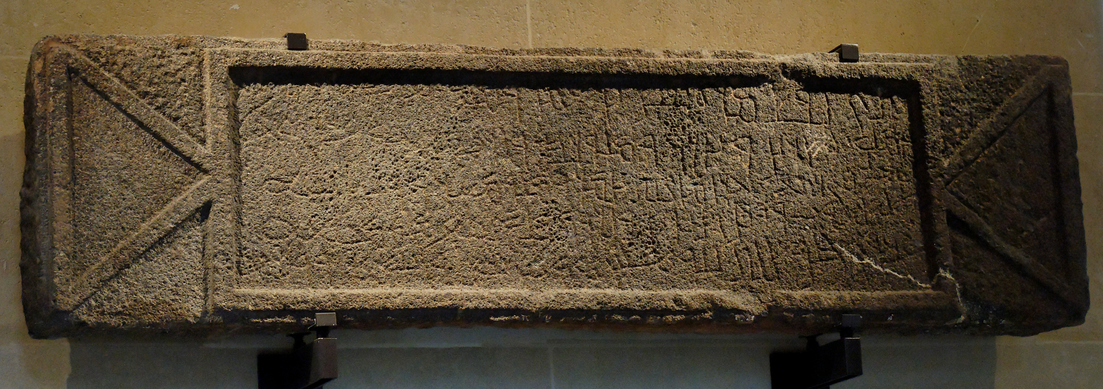 https://i1.wp.com/upload.wikimedia.org/wikipedia/commons/9/97/Epitaph_Imru-l-Qays_Louvre_AO4083.jpg