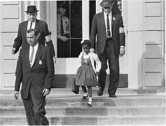Ruby Bridges escoltada en las escaleras de la escuela [clic para ampliar imagen]