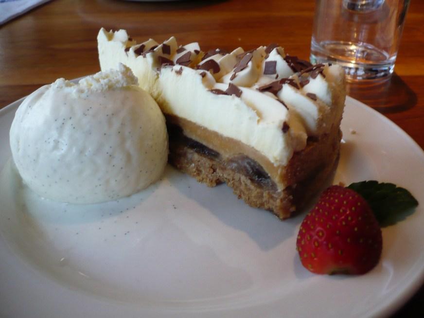 https://i1.wp.com/upload.wikimedia.org/wikipedia/commons/9/9b/Slice_of_banoffee_pie_with_vanilla_ice_cream_and_strawberries.jpg?resize=872%2C654&ssl=1