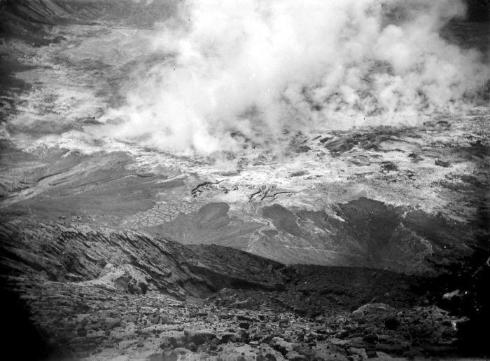 https://i1.wp.com/upload.wikimedia.org/wikipedia/commons/9/9c/COLLECTIE_TROPENMUSEUM_Solfataren_in_de_krater_van_de_vulkaan_Gunung_Kelud_TMnr_10023721.jpg
