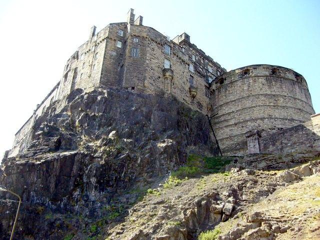 File:Castle from Johnston Terrace - geograph.org.uk - 1347939.jpg