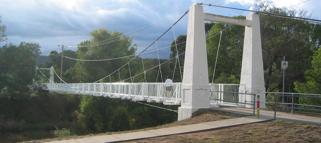 We used to cross the Queanbeyan footbridge every day to get to town. Image credit Celcom at en.wikipedia