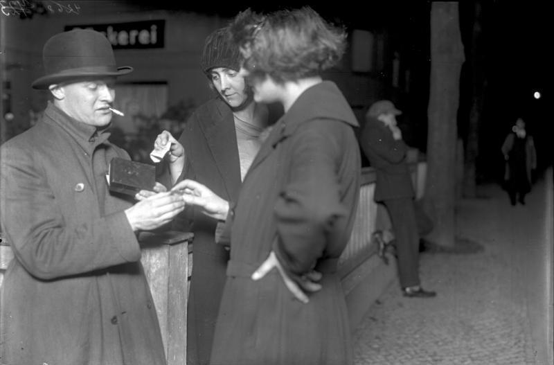 """File:Bundesarchiv Bild 102-07741, Berlin, """"Koks Emil"""" der Kokain-Verkäufer.jpg"""
