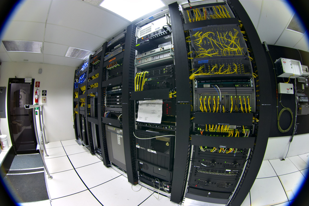 https://i1.wp.com/upload.wikimedia.org/wikipedia/commons/a/a0/Datacenter-telecom.jpg