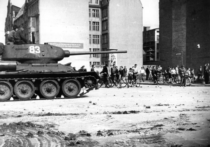 Datei:Bundesarchiv B 145 Bild-F005191-0040, Berlin, Aufstand, sowjetischer Panzer.jpg