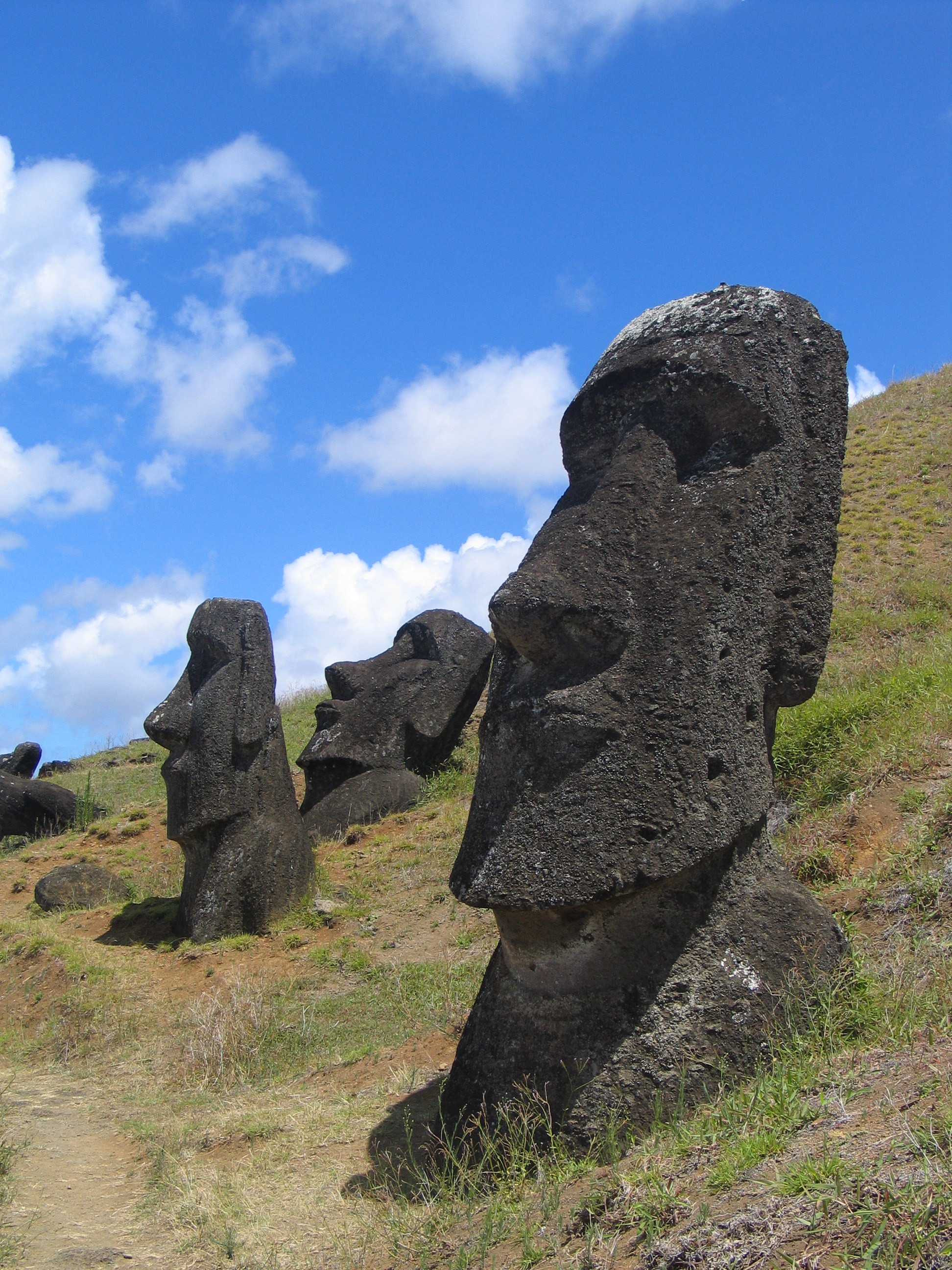https://i1.wp.com/upload.wikimedia.org/wikipedia/commons/a/a2/Moai_Rano_raraku.jpg