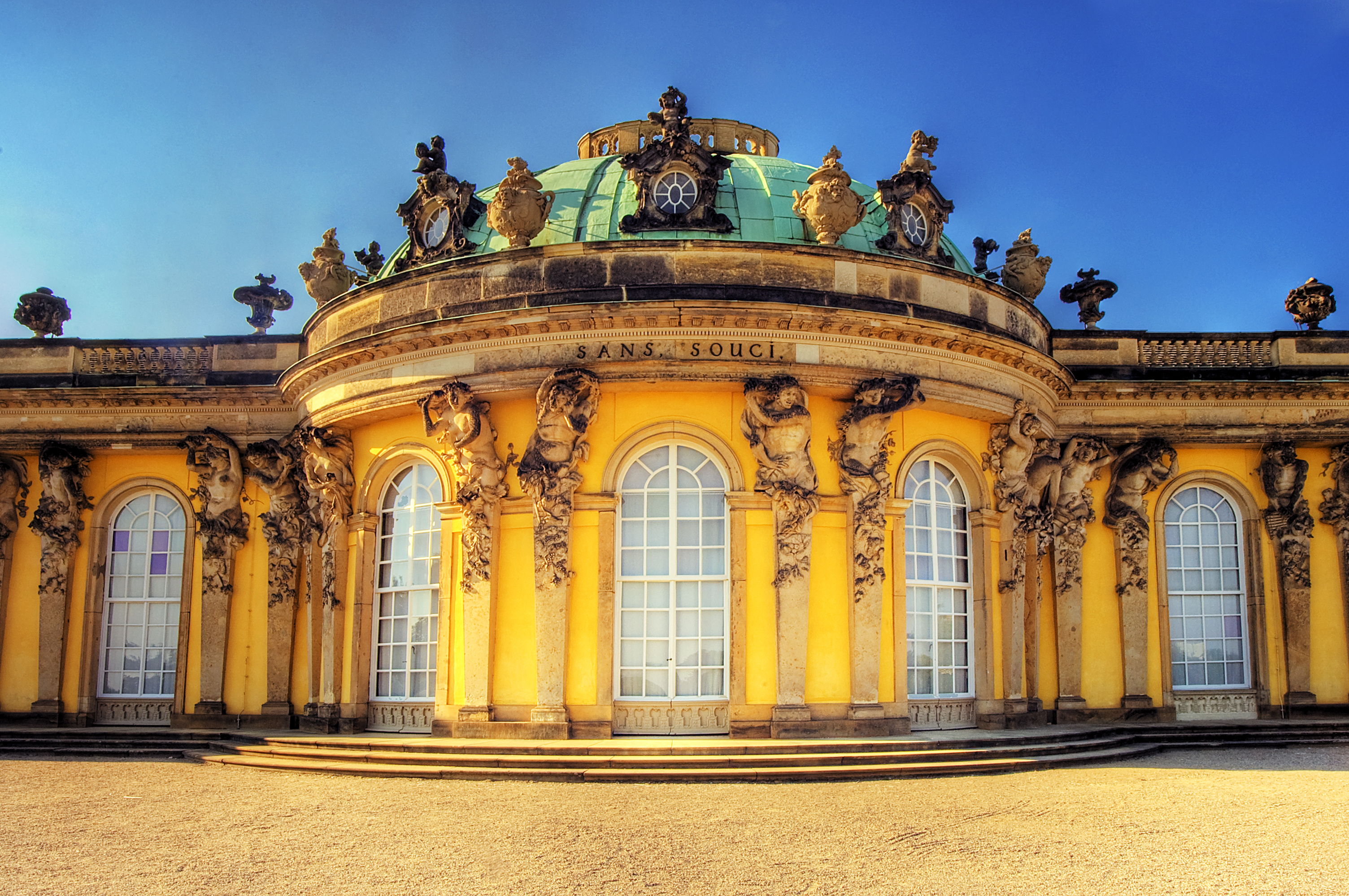 https://i1.wp.com/upload.wikimedia.org/wikipedia/commons/a/a3/Potsdam_Sanssouci_Palace.jpg