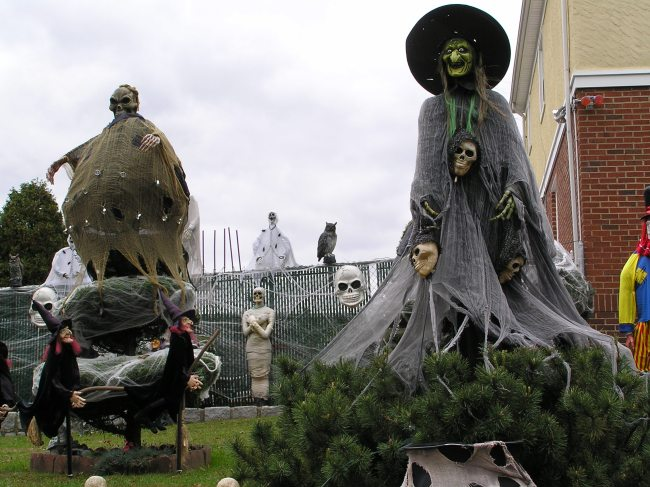 https://i1.wp.com/upload.wikimedia.org/wikipedia/commons/a/a4/Halloween_Witch_2011.JPG?resize=650%2C487&ssl=1