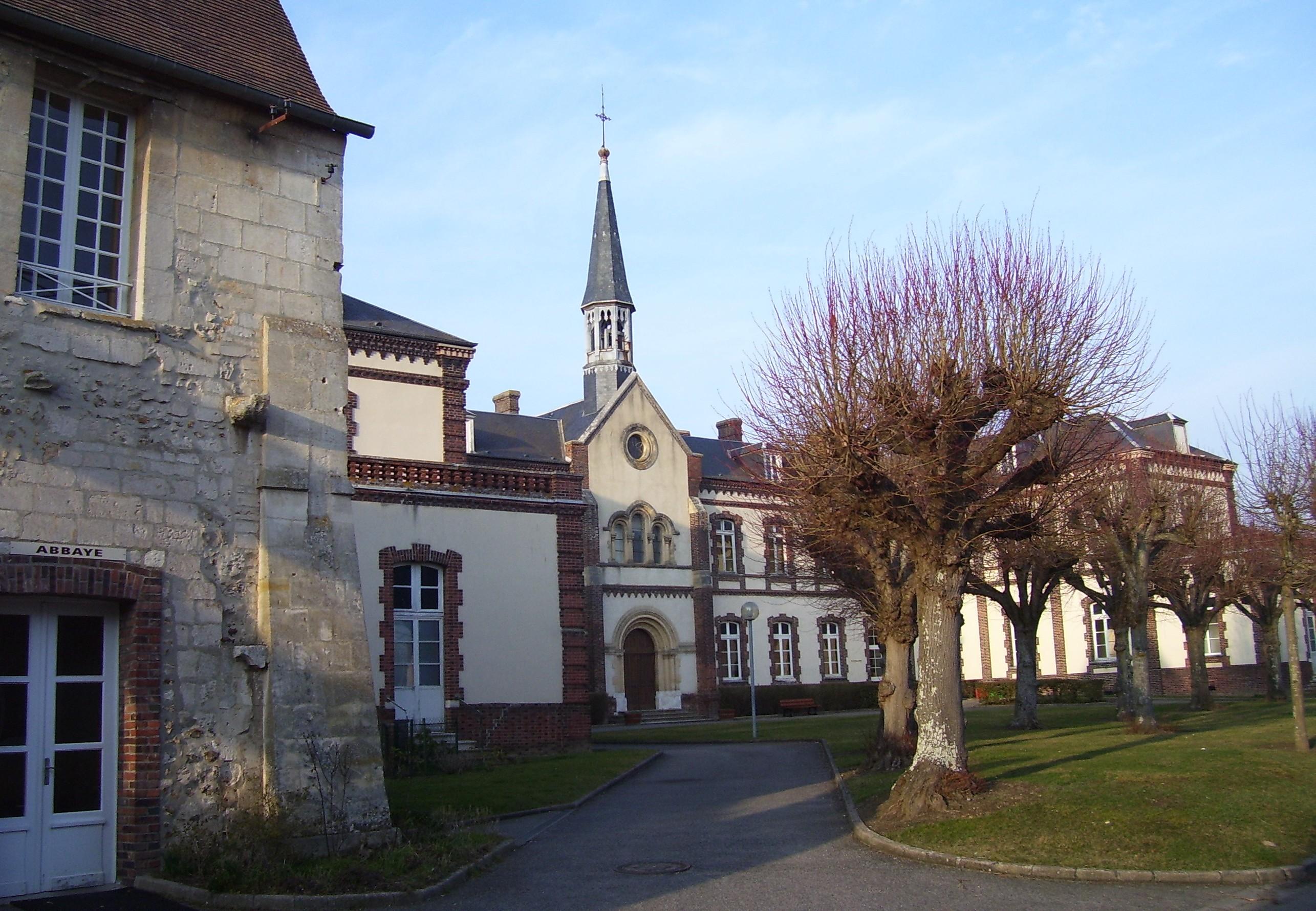 Krankenhaus von Conches, wenn nicht an der einen Seite Abbaye dranstünde würd mans kaum glauben, eigenes Foto, Lizenz: CC by