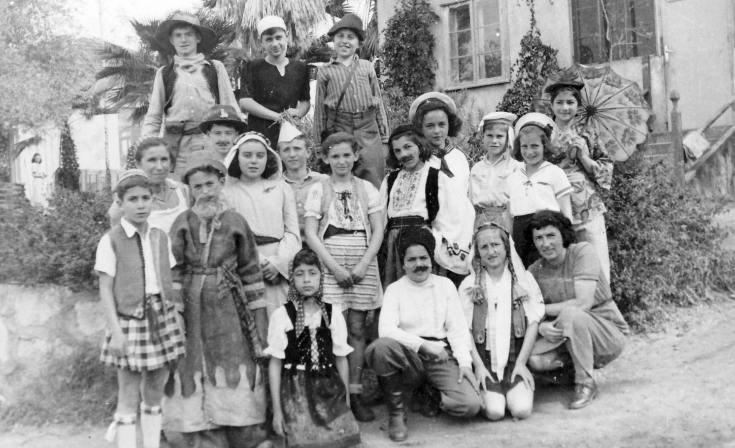 https://i1.wp.com/upload.wikimedia.org/wikipedia/commons/a/a9/PikiWiki_Israel_8502_Gan-Shmuel_-_Purim_with_children_in_1946.jpg
