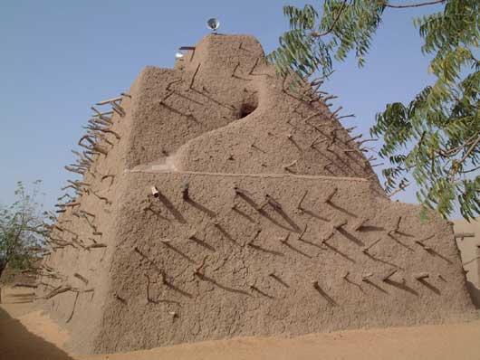 Gao, le tombeau de la dynastie des Askias qui a dirigé l'Empire songhaï à partir de 1493, quand Mamadou (Mohammed) Touré (1443-1538) renverse le fils de Sonni Ali Ber (Ali le Grand) et prend le nom d'Askia Mohammed, Askia Ishaq II (Isaac) gouverna l'Empire songhaï de 1588 à 1591. Ishaq arriva au pouvoir lors d'une longue lutte dynastique qui suivit la mort de son père Askia Daoud, qui avait régné 33 ans. Réalisant l'affaiblissement de l'Empire dans ses querelles internes, le sultan marocain Ahmed al-Mansur Saadi dépêcha en octobre 1590 à travers de Sahara une armée de 4 000 hommes dirigée par le pacha Djouder, un Espagnol converti à l'islam. Bien qu'Ishaq ait rassemblé plus de 40 000 soldats pour contrer les Marocains, son armée fut mise en déroute par les fusils de l'ennemi à la décisive bataille de Tondibi, en mars 1591. Peu après, Djouder prit et pilla Gao, la capitale de l'Empire songhai ainsi que les villes commerçantes de Tombouctou et Djenné, provoquant la destruction de l'Empire. Aucun empire ouest-africain ne pourra alors se relever et l'Afrique de l'Ouest sera morcelée ce qui facilitera la colonisation européenne.