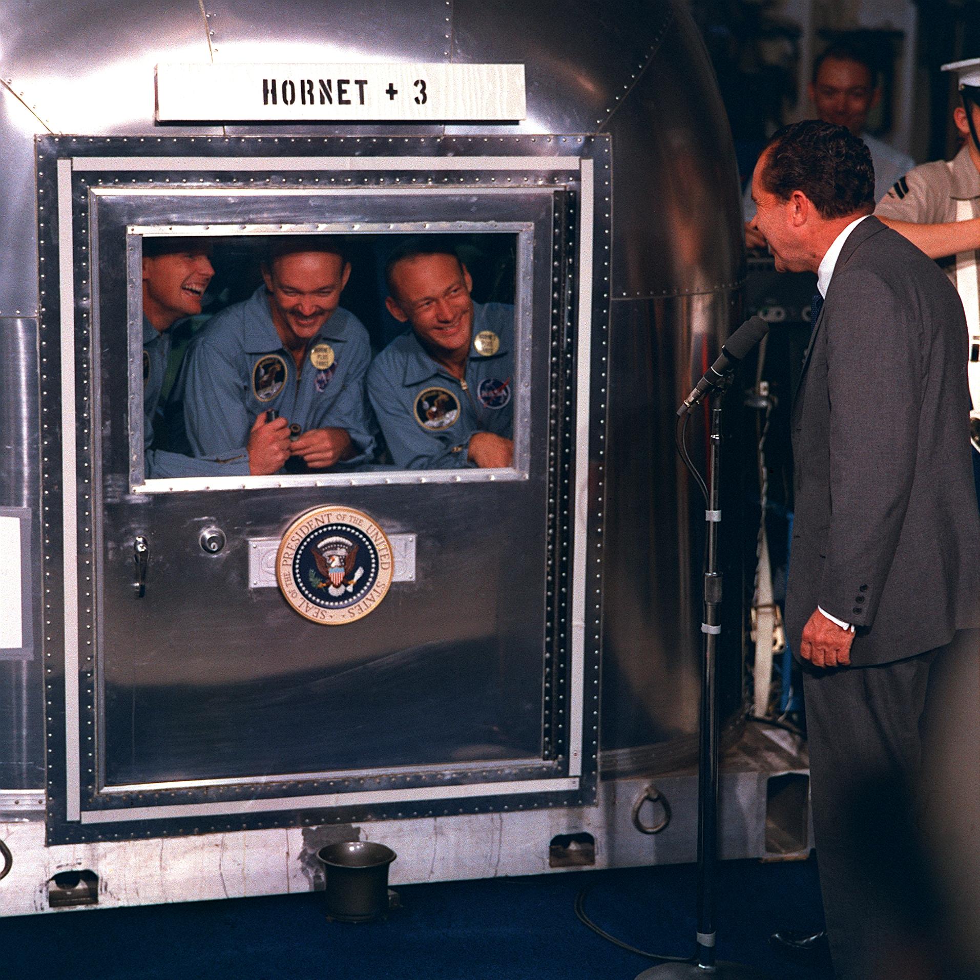 अंतरिक्ष यात्री अलगाव के दिनो मे निक्सन के साथ