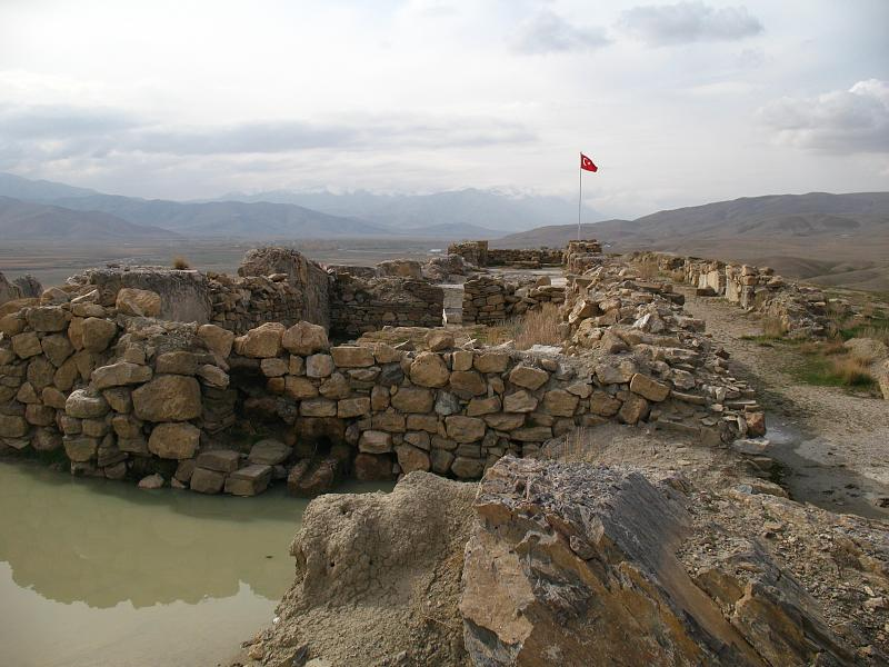 File:Urartian fort in Çavuştepe.jpg