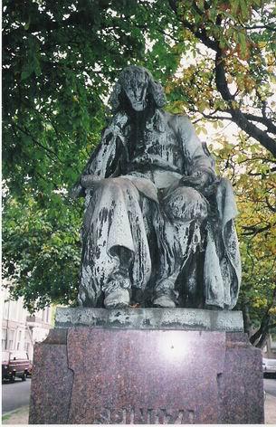 https://i1.wp.com/upload.wikimedia.org/wikipedia/commons/b/b0/Espinoza_estatua.jpg