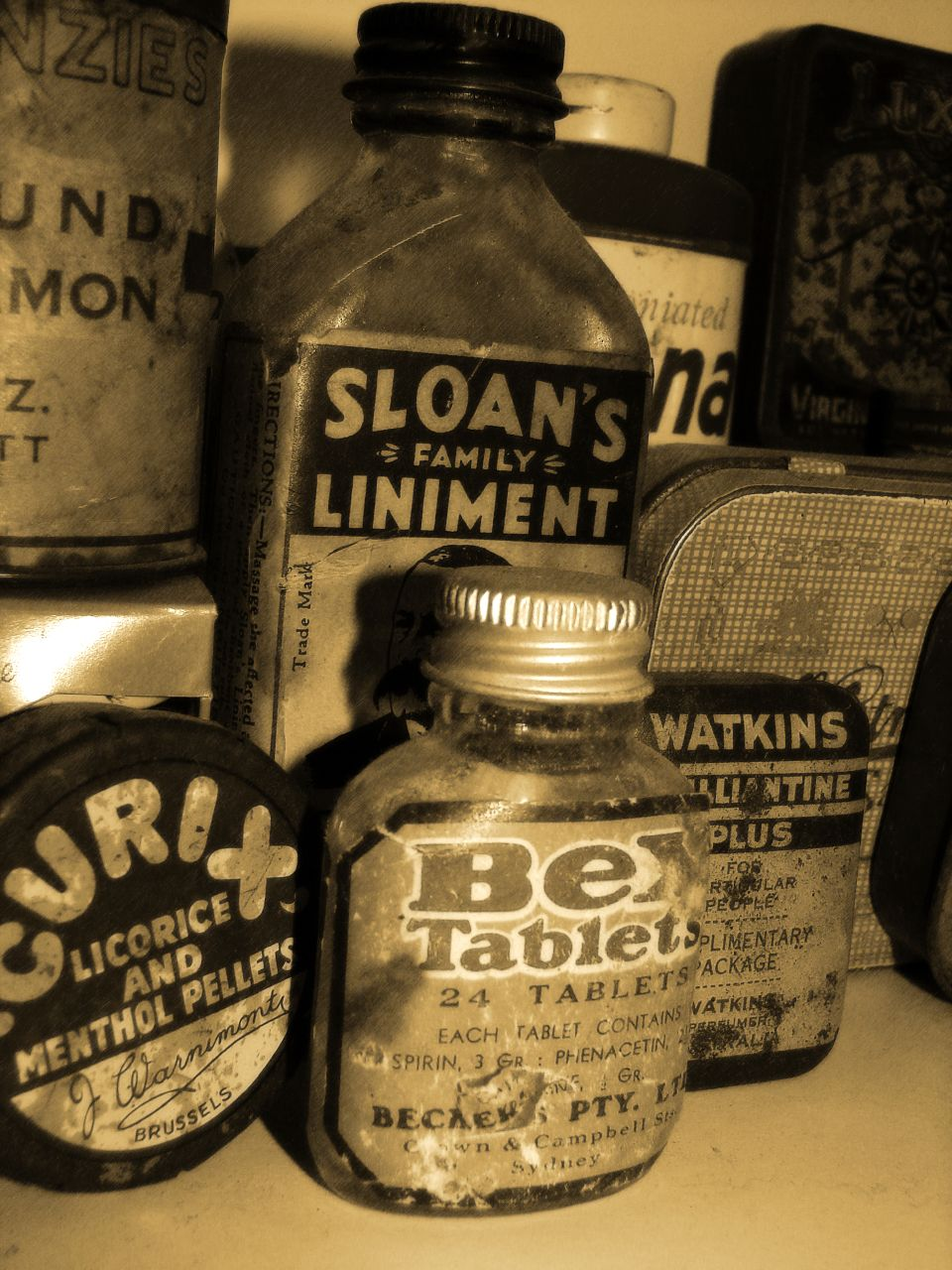 http://upload.wikimedia.org/wikipedia/commons/b/b2/My_Old_Medicine_bottle_jar_collection_(309391023).jpg