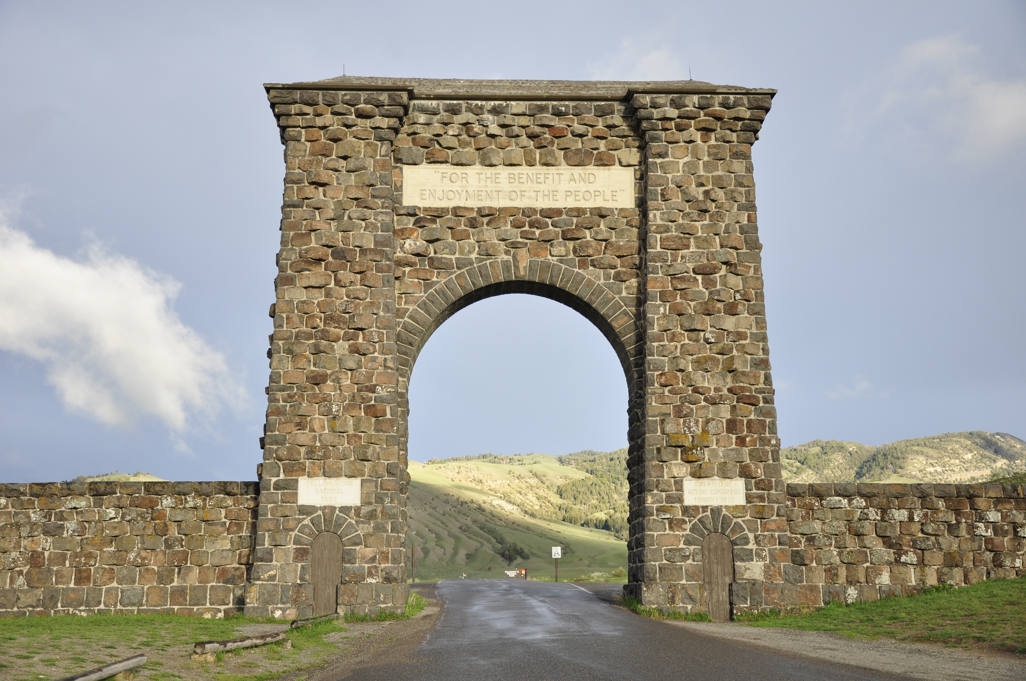 37 Awesome Photos Of Roosevelt Arch In Wyoming