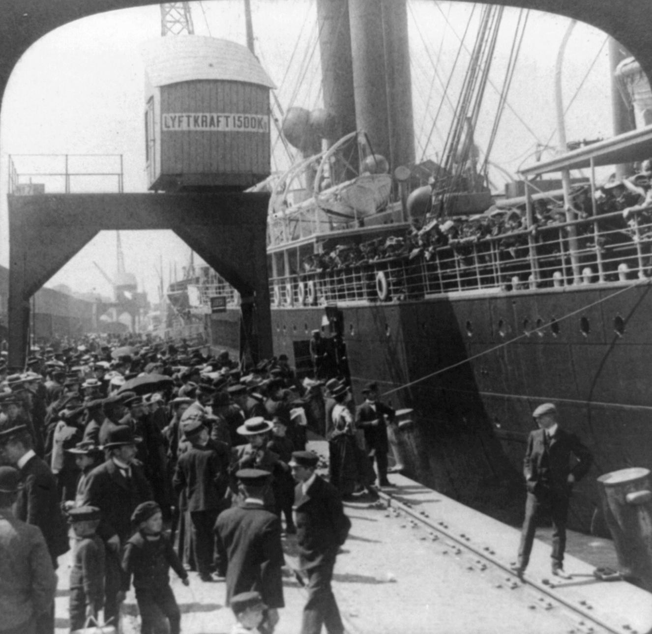 Utvandrare lämnar Göteborg för att emigrera till USA, 1905