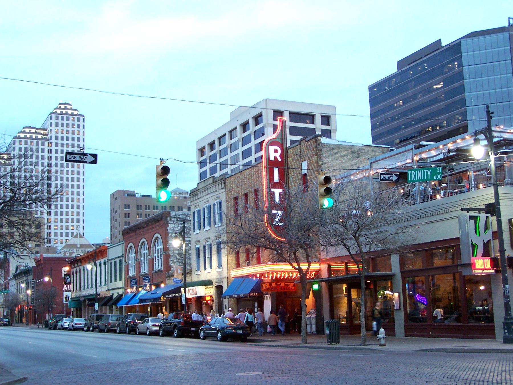https://i1.wp.com/upload.wikimedia.org/wikipedia/commons/b/b7/Sixth_Street_Austin.jpg