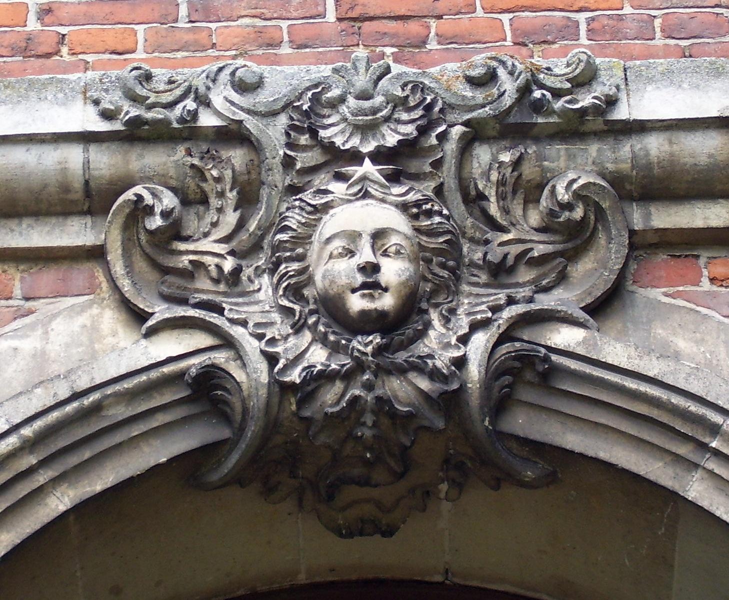 Verzierung an der Fassade, eigenes Foto, public domain/gemeinfrei