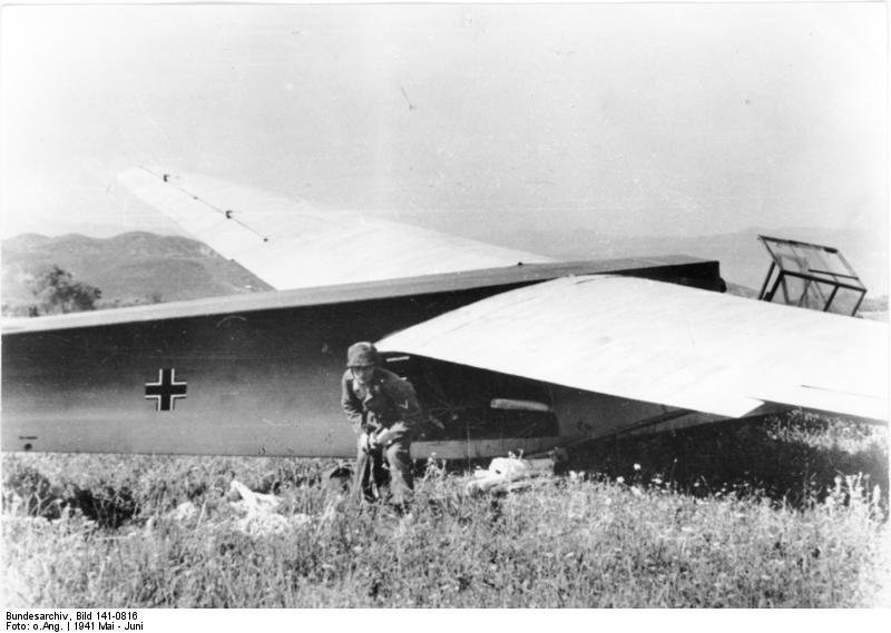 File:Bundesarchiv Bild 141-0816, Kreta, Lastensegler DFS 230, Fallschirmjäger.jpg