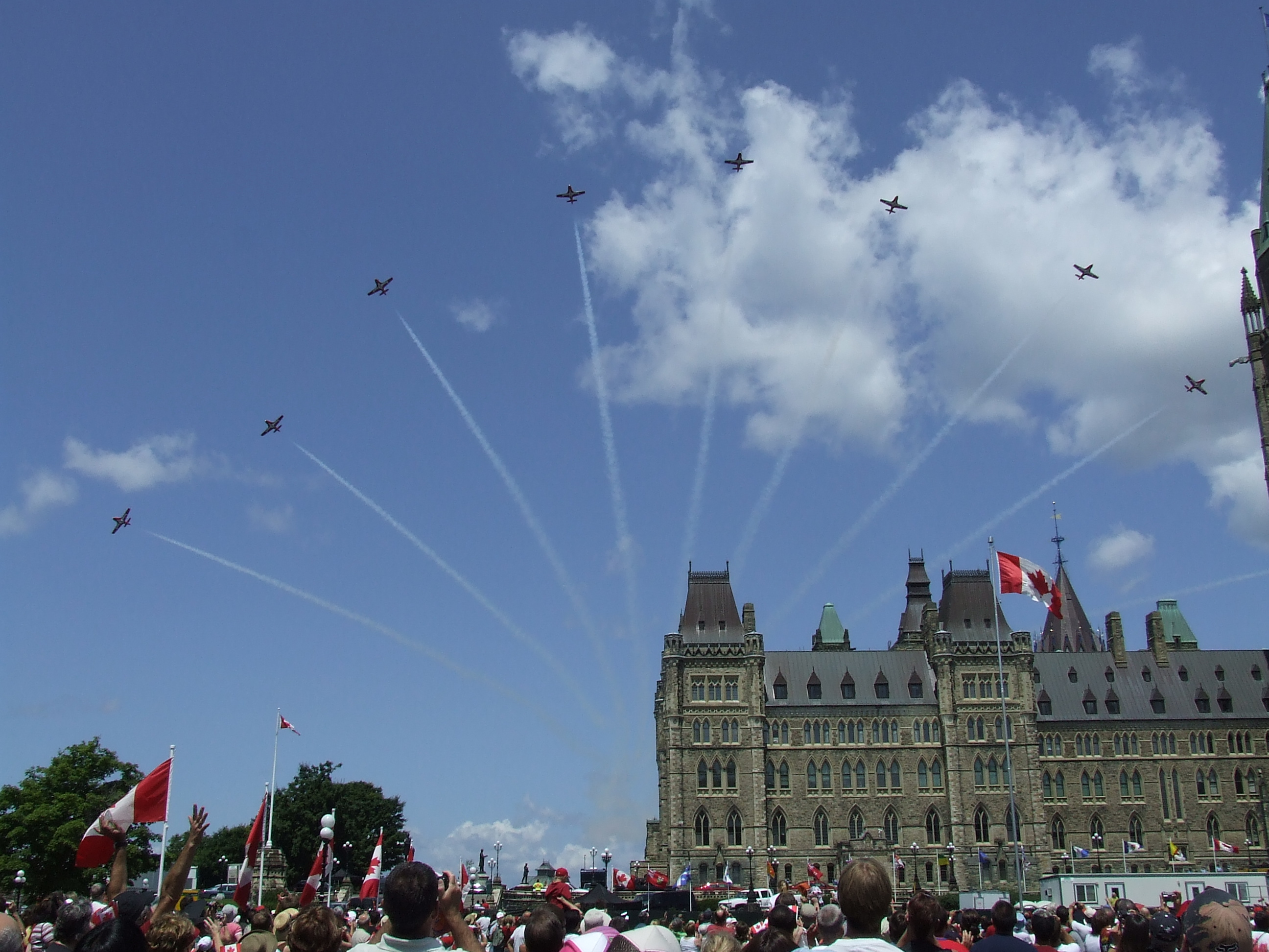 https://i1.wp.com/upload.wikimedia.org/wikipedia/commons/b/bb/Canada_Day_2008_Snowbirds_over_Parliament.jpg
