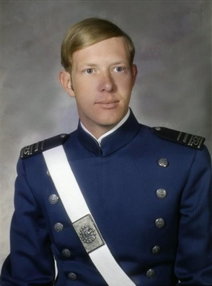 https://i1.wp.com/upload.wikimedia.org/wikipedia/commons/b/bd/Chesley_Burnett_Sullenberger_III%2C_USAFA%2773.jpg