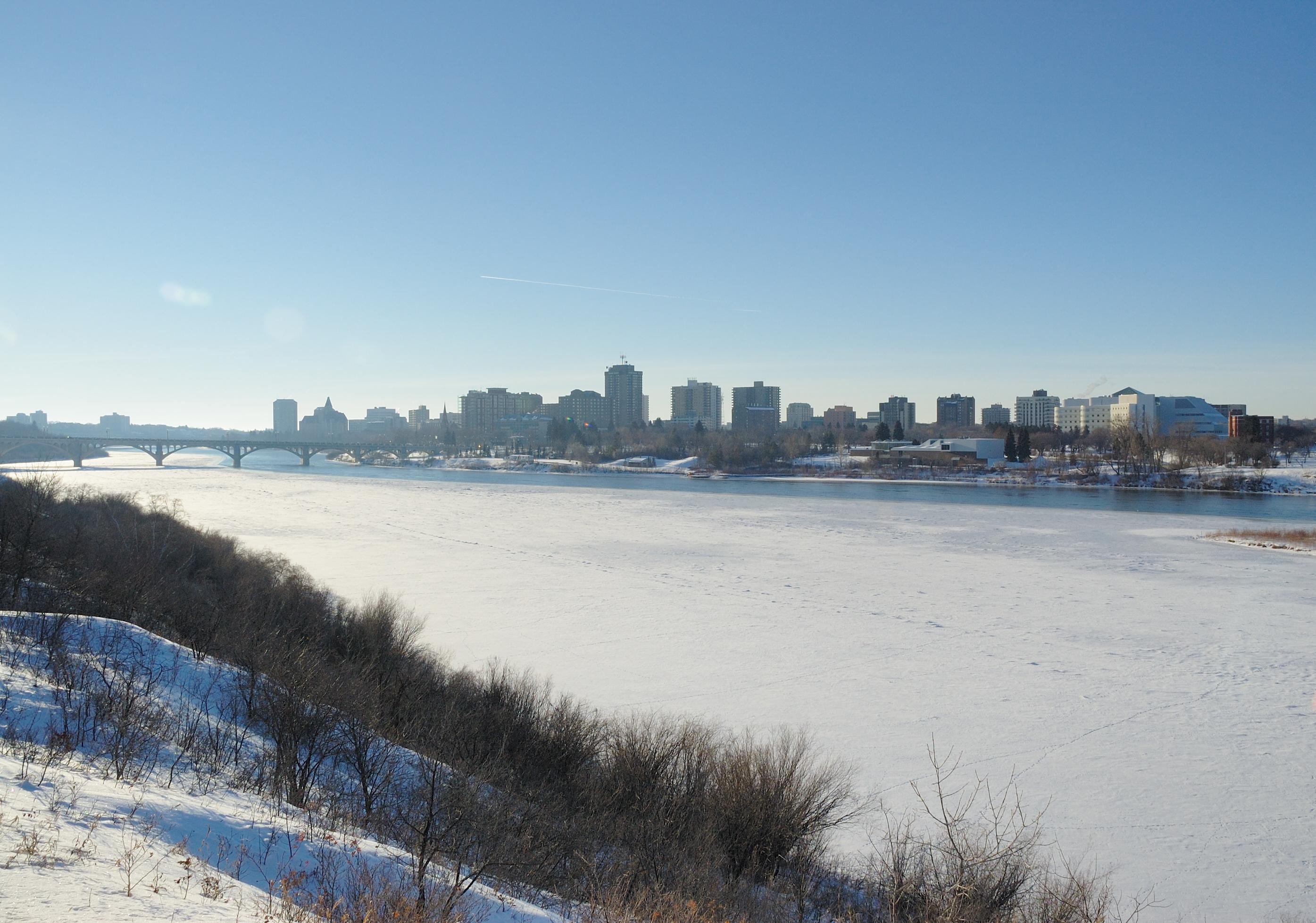 Saskatoon sous la neige (remarquez la rivière gelée)
