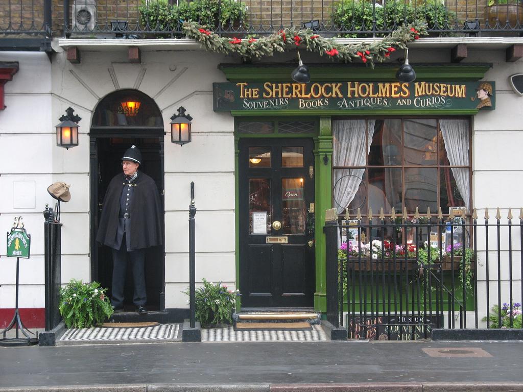 https://i1.wp.com/upload.wikimedia.org/wikipedia/commons/c/c0/Sherlock_Holmes_Museum.jpg