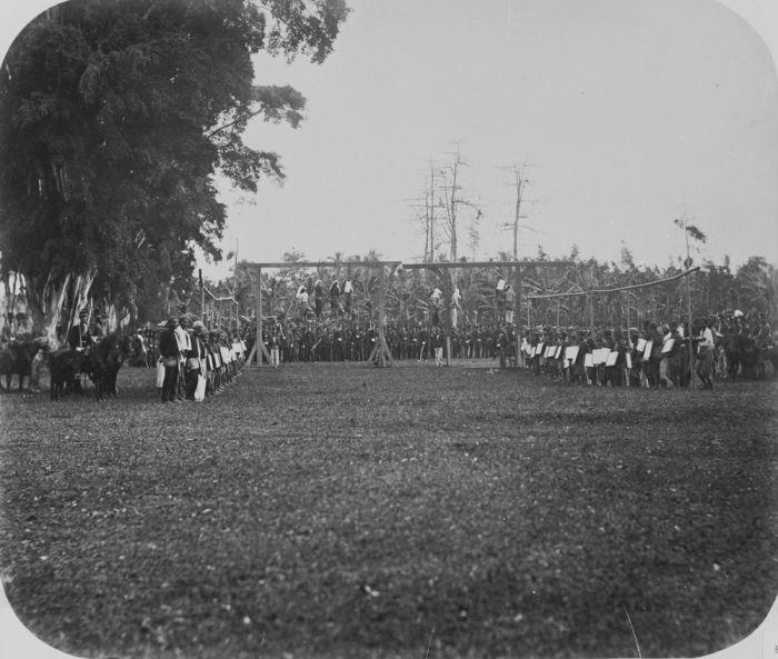 ini foto di ambil sekitar tahun 1869-1870, sayang tidak menyebutkan tempat. namun dapat terlihat jelas bahwa telah dilaksanakan hukuman gantung dan tampaknya orang disekitarnya yg sedang memegang benda berwarna putih (mungkin papan nama) juga menunggu untuk di eksekusi. eksekusi ini di jaga oleh pasukan berkuda hindia belanda.
