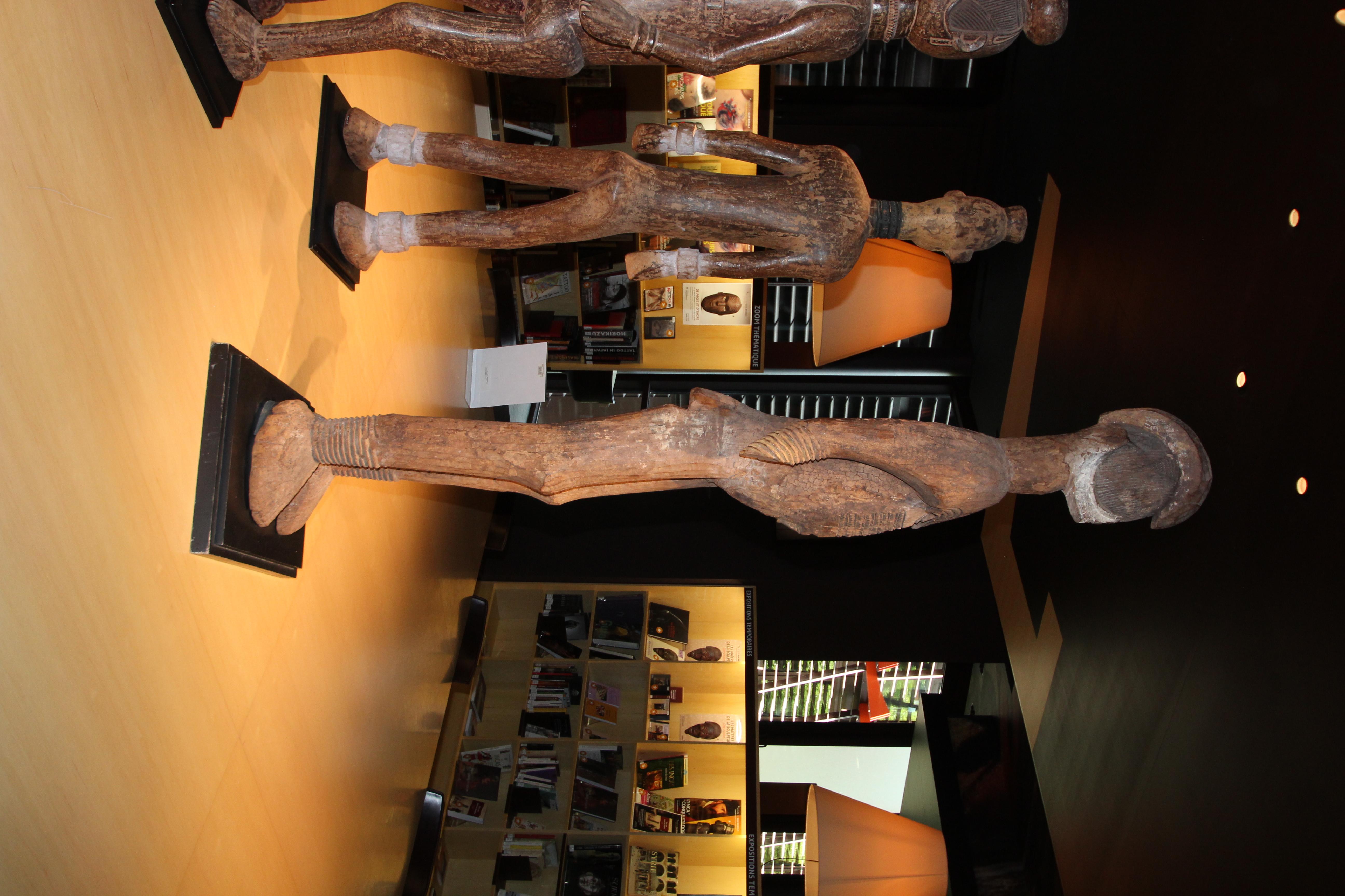 file groupe de sculptures au salon de lecture jacques kerchache du musee du quai branly le 27 juin 2015 2 jpg wikimedia commons