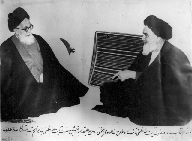 https://i1.wp.com/upload.wikimedia.org/wikipedia/commons/c/c3/Shariatmadari_and_Khomeini.jpg