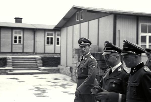 El general Kaltenbrunner, protagonista del relato, mirando a la cámara junto aHimmler.