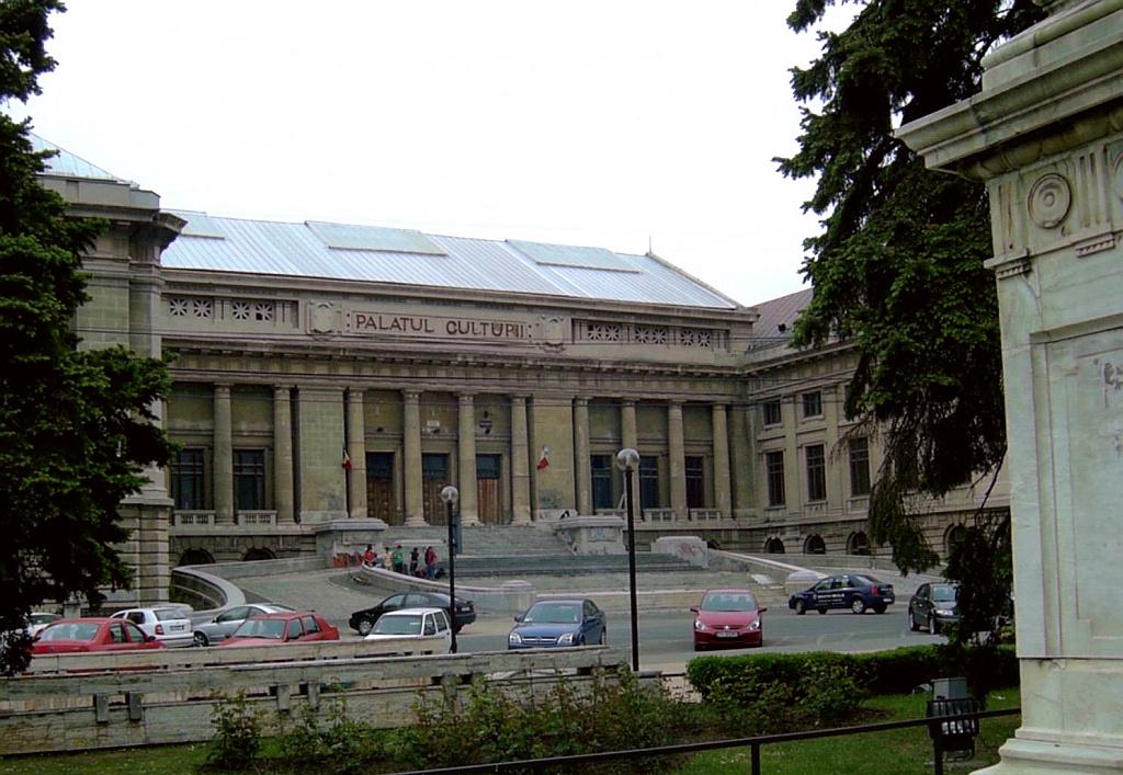 """Palatul Culturii Ploiești. Aici se află și sediul bibliotecii """"Nicolae Iorga""""."""