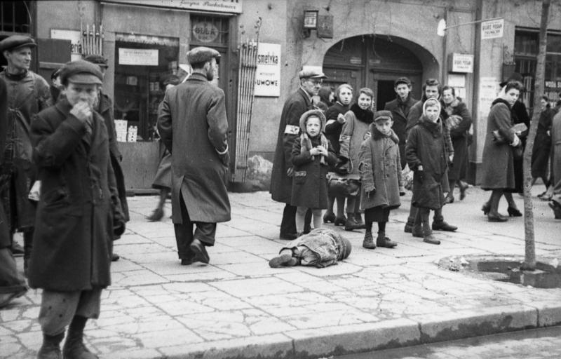 File:Bundesarchiv Bild 101I-134-0771A-39, Polen, Ghetto Warschau, Kind in Lumpen.jpg