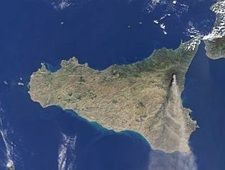 Pennacchio di fumo e polveri emesso dal monte Etna (Sicilia)