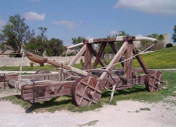 Réplica de uma catapulta em Château des Baux, França (Wikipedia)