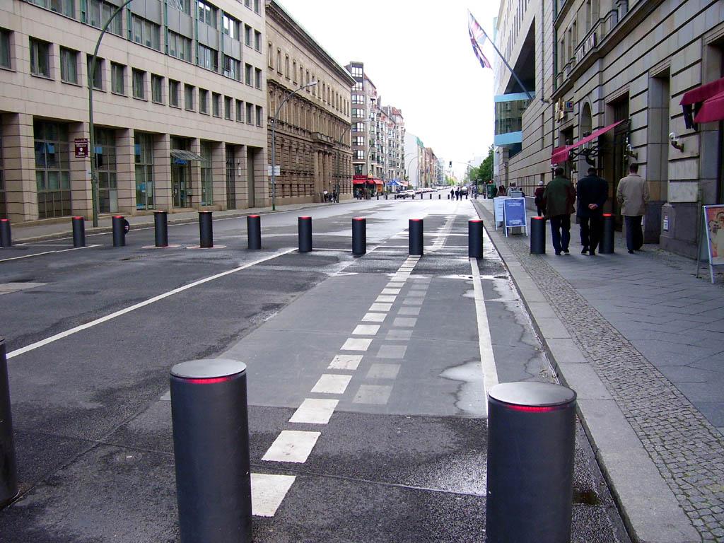 https://i1.wp.com/upload.wikimedia.org/wikipedia/commons/c/cb/Wilhelmstra%C3%9Fe_Berlin_Britische_Botschaft.jpg