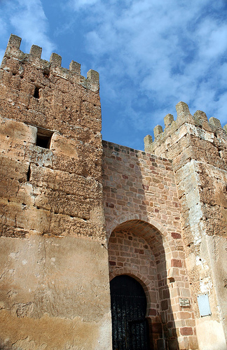 File:Castillo Baños de la Encina - Entrada de cerca.jpg
