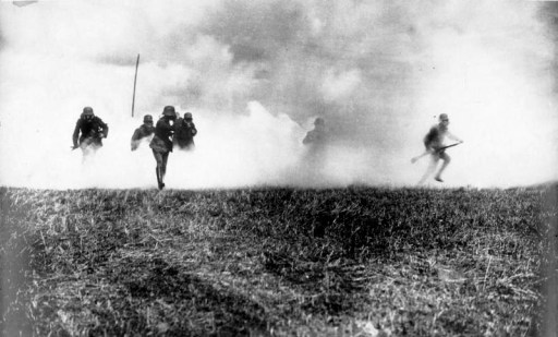 Bundesarchiv Bild 183-R05923, Flandern, deutsche Soldaten in Gasangriff