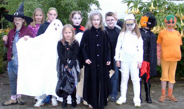 https://i1.wp.com/upload.wikimedia.org/wikipedia/commons/d/d2/Kinder_feiern_Halloween_-_2004.jpg